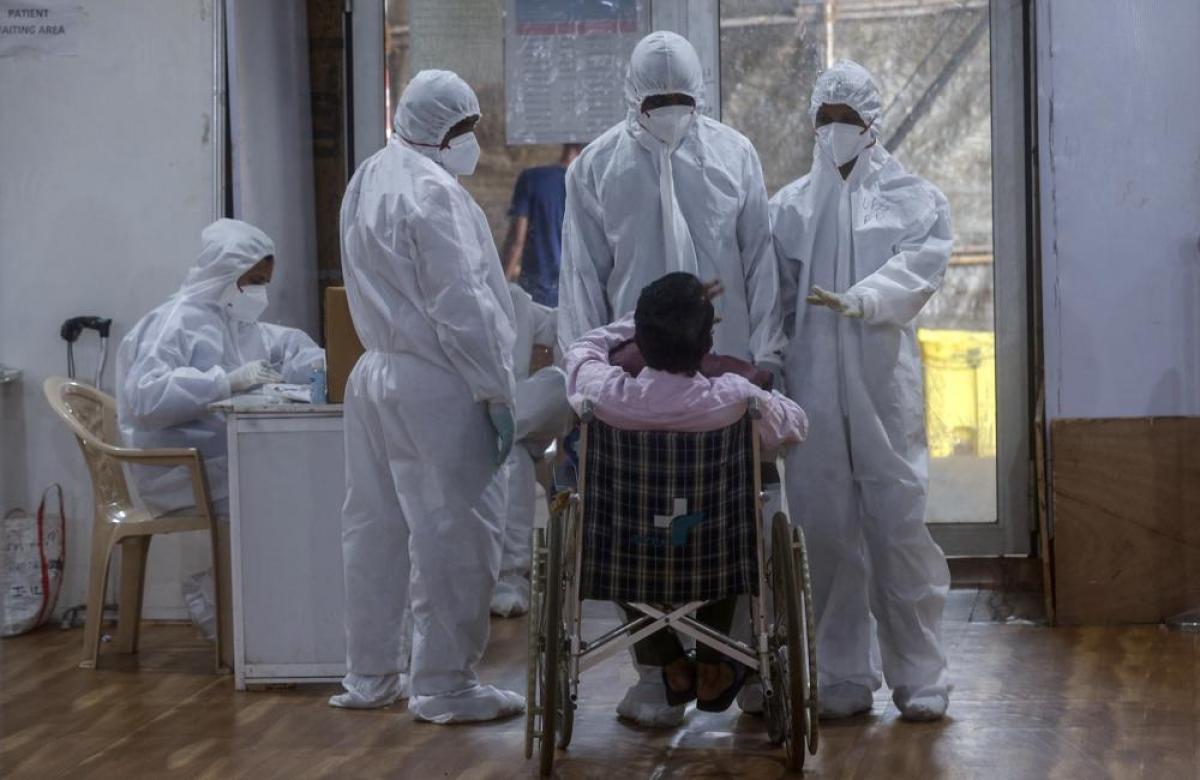 Các bác sĩ hướng dẫn một bệnh nhân cách chăm sóc sức khỏe sau khi xuất viện.