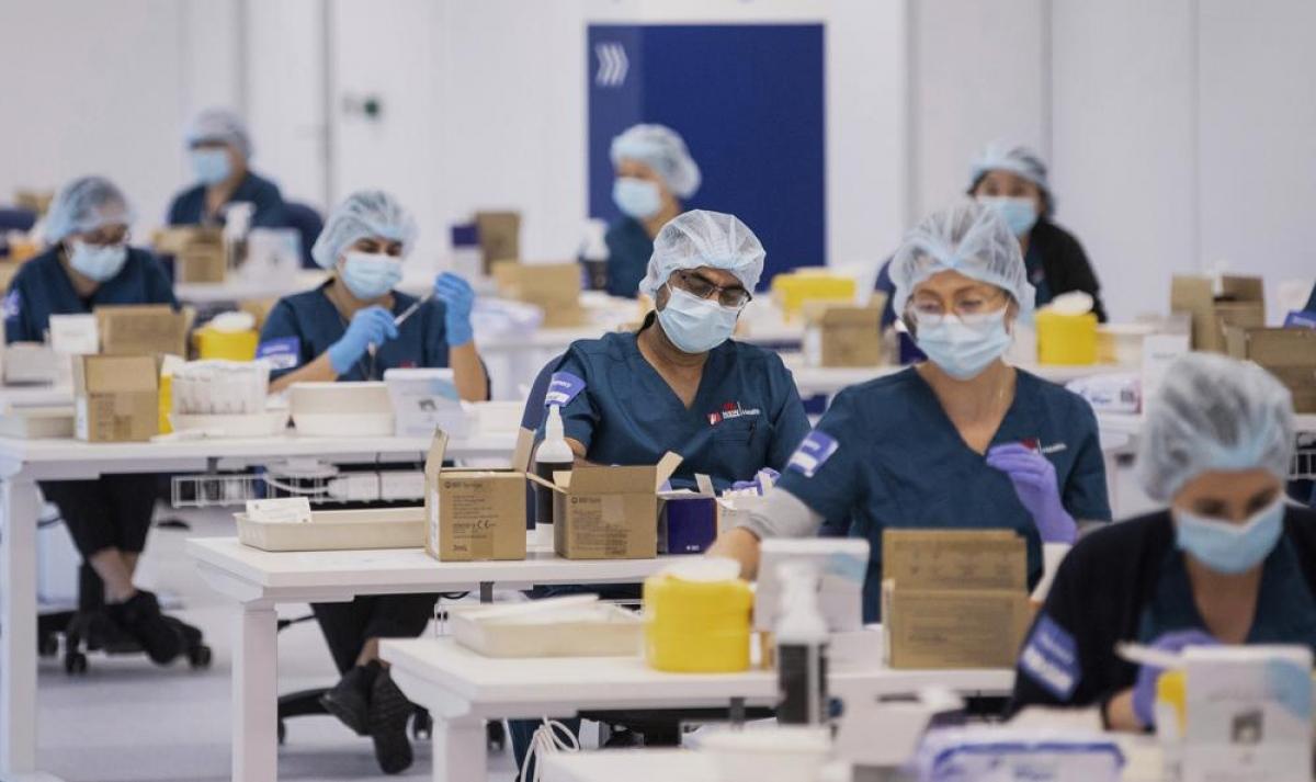 Các kỹ thuật viên chuẩn bị vaccine Pfizer tại Trung tâm Tiêm chủng Covid-19 ở Sydney, Australia vào ngày 10/5.