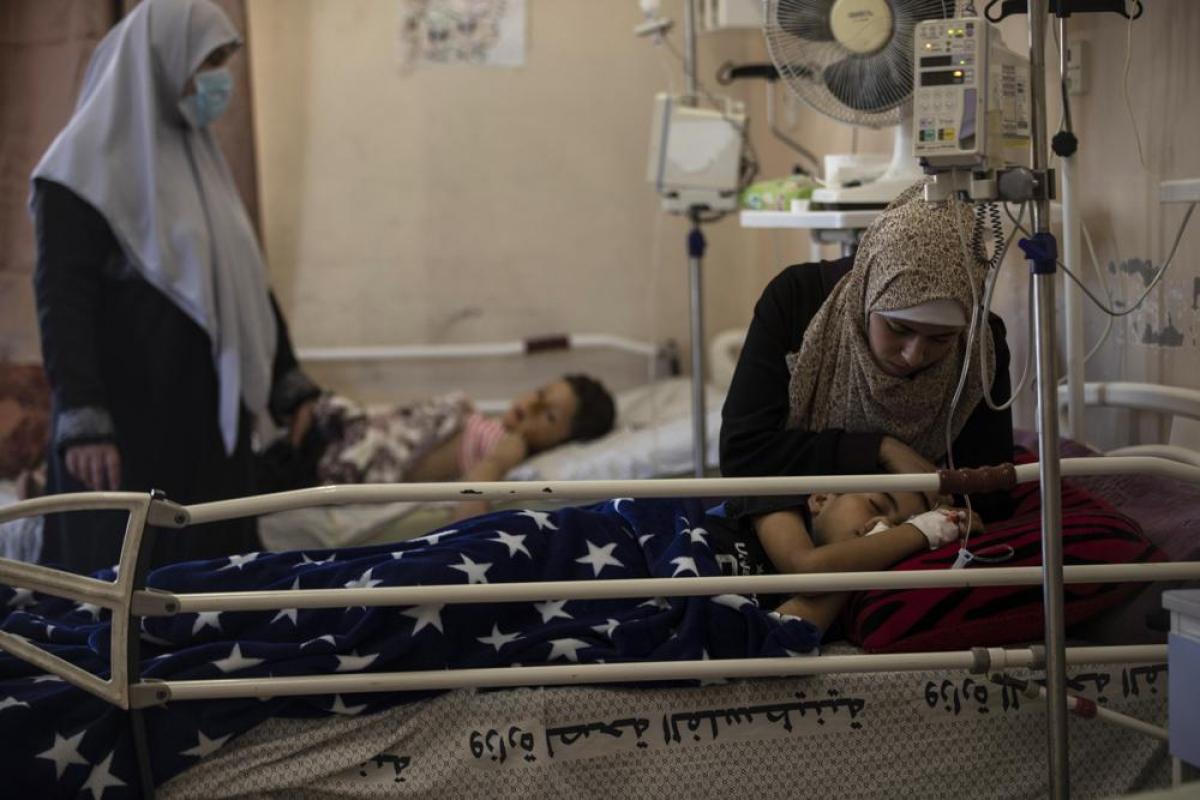 Bệnh nhân điều trị vết thương do cuộc không kích của Israel hôm 10/5 tại bệnh viện Shifa ở thành phố Gaza. Ảnh: AP