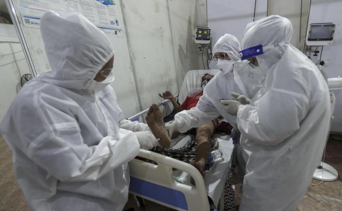 Bệnh viện dã chiến BKC có 329 bác sĩ và 330 y tá. Bác sĩ Rajesh Dere, người phụ trách điều hành bệnh viện cho biết, bệnh viện đã điều trị cho hơn 22.600 bệnh nhân mắc Covid-19 kể từ khi được thành lập vào tháng 5/2020 để cung cấp thuốc và điều trị miễn phí cho bệnh nhân.