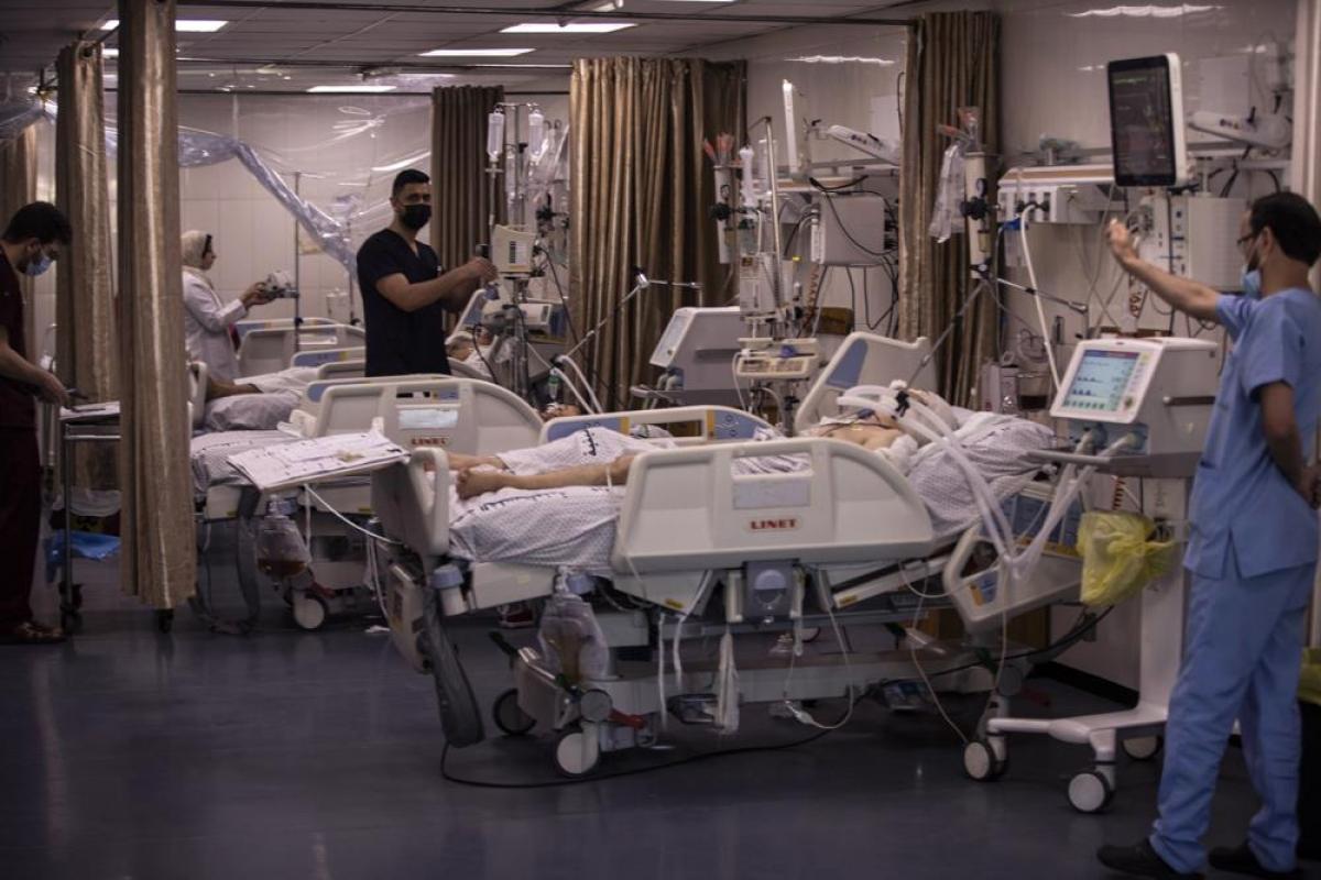Các bệnh nhân Palestine được điều trị tại Đơn vị Chăm sóc Đặc biệt ở bệnh viện Shifa, thành phố Gaza. Ảnh: AP