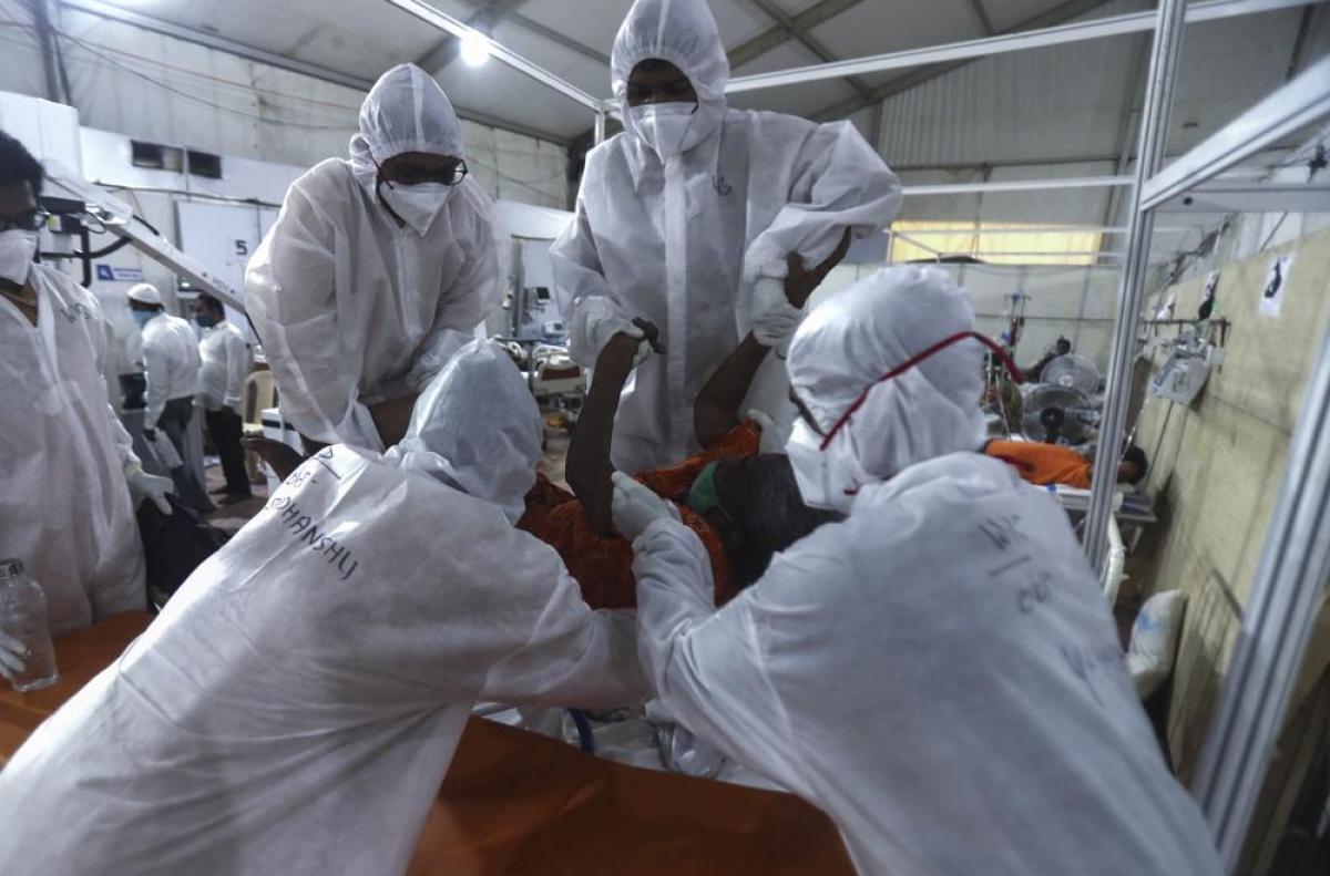 Nhân viên y tế chăm sóc bệnh nhân tại bệnh viện dã chiến BKC, một trong những cơ sở điều trị Covid-19 lớn nhất ở Mumbai, Ấn Độ.