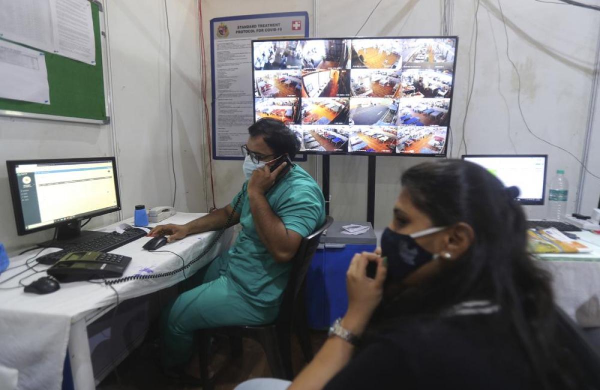 Các chuyên gia tư vấn cấp cao theo dõi và đánh giá tình trạng sức khỏe của từng bệnh nhân từ xa.