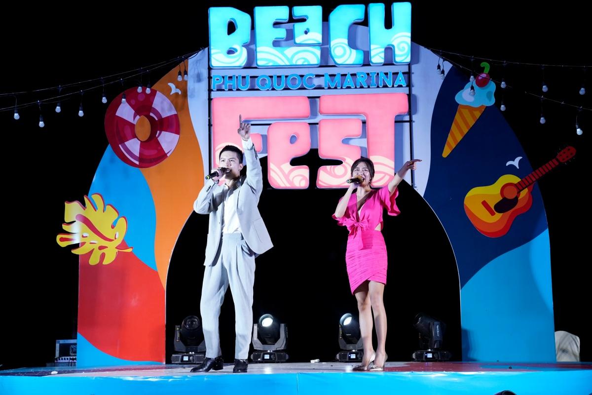 Hai ca sĩ Anh Tú và Văn Mai Hương góp mặt trong lễ hội.