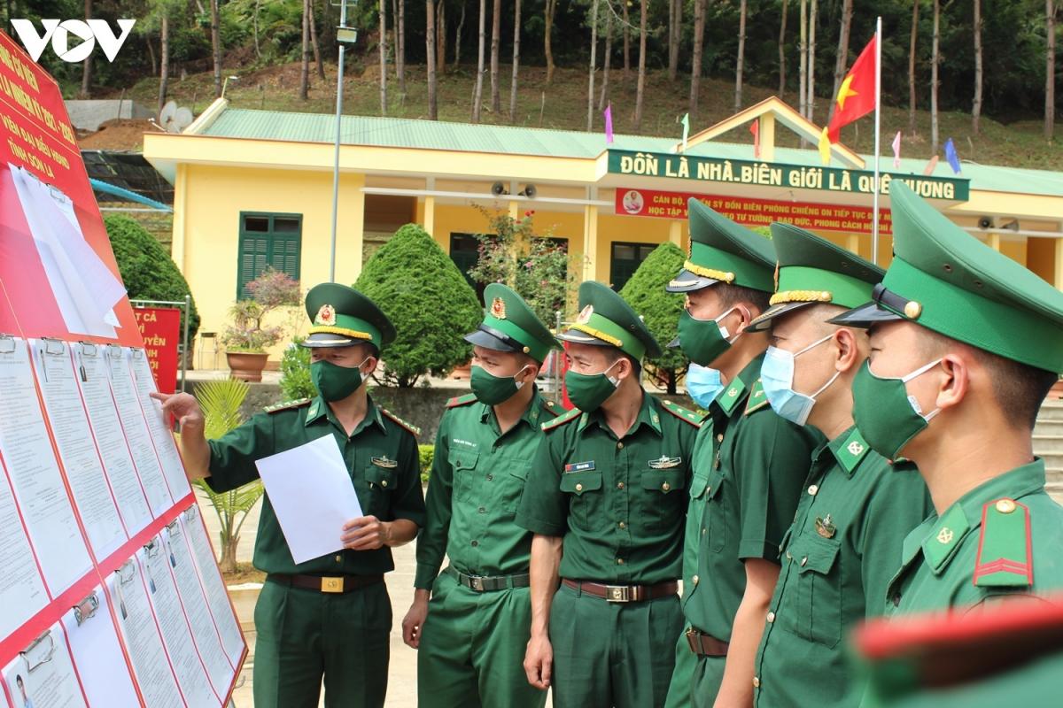 Cán bộ, chiến sĩ Đồn biên phòng Chiềng On tìm hiểu tiểu sử, danh sách ứng cử viên đại biểu Quốc hội và HĐND các cấp.