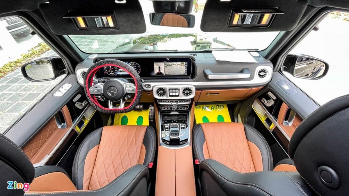 Mercedes-AMG G63 đời 2021 có bố cục táp-lô tương tự thế thệ trước, tuy nhiên mọi chi tiết đều được hoàn thiện với tính thẩm mỹ cao, đi kèm nhiều trang bị hiện đại. Nhờ vậy, xe hợp thị hiếu đông đảo người dùng hơn.
