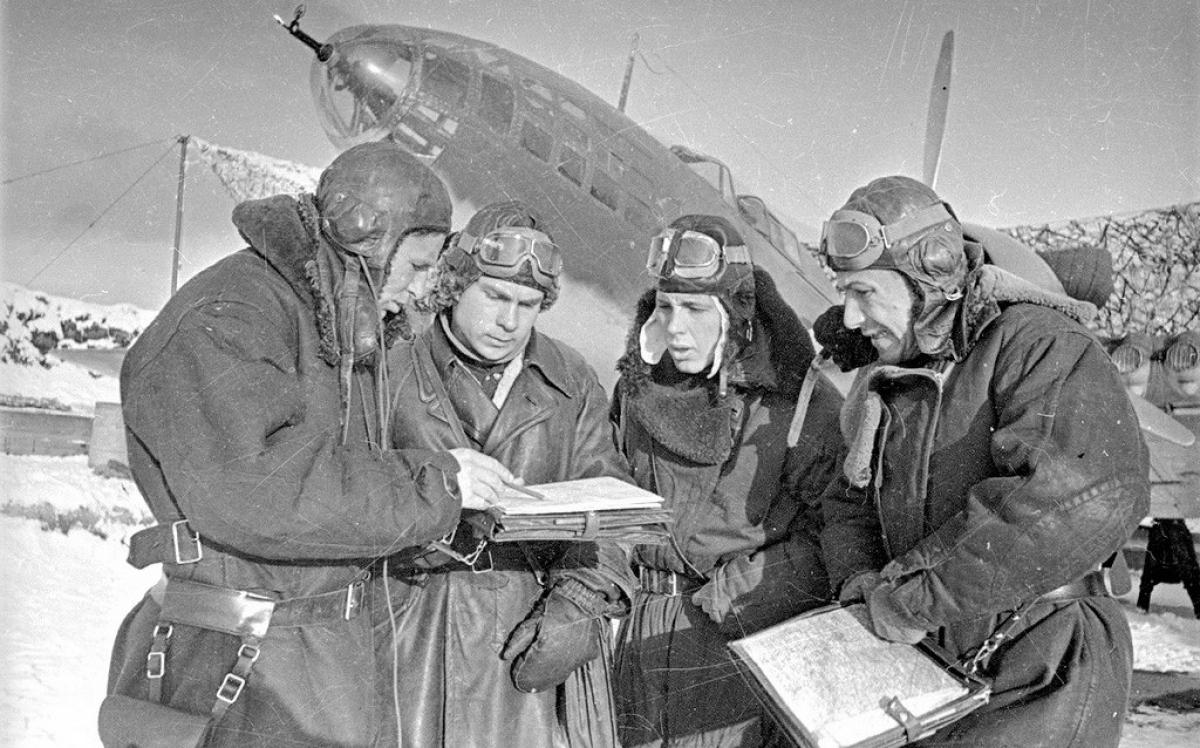 Chỉ huy phi đội cùng các phi công Hồng quân bên chiếc Il-4.