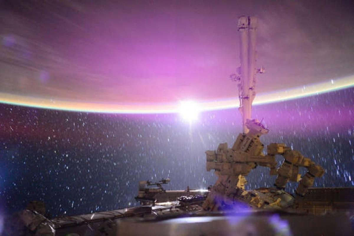 Còn khi Mặt Trăng mọc, đây sẽ là cảnh tượng chúng ta thấy từ Trạm Vũ trụ Quốc tế. Bởi vì các phi hành gia ở vùng quỹ đạo thấp của Trái Đất nên họ có thể chứng kiến Mặt Trời và Mặt Trăng mọc 16 lần/ngày.