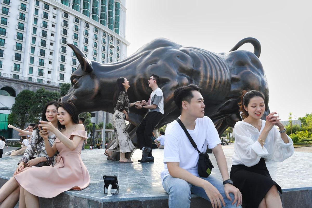 """Cũng trên đồi Văn nghệ, ngay gần lễ hội hoa, hàng trăm du khách thích thú check in cùng tượng điêu khắc chú bò tót bằng đồng độc đáo có tên là """"Thịnh Vượng Hạ Long"""" (Lucky Bull). Trước đó, chú bò tót này đã đón tiếp hàng ngàn lượt khách dù chưa chính thức ra mắt."""