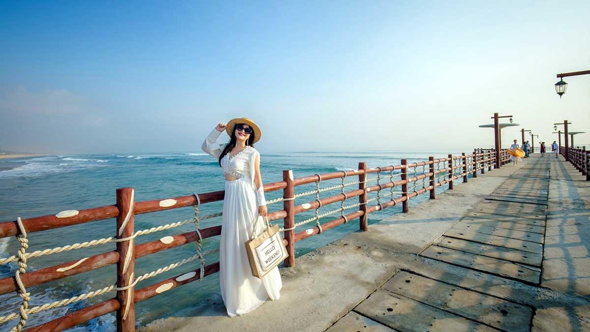 Không gian của Aqua Chill Bar được tiếp nối với một trong những địa điểm check in nổi tiếng nhất tại Quy Nhơn: Cây cầu cảng chạy thẳng ra biển. Đây là khung cảnh quen thuộc với bất cứ du khách nào khi tới với vùng biển ngập tràn nắng gió của Nhơn Lý trong nhiều năm qua.
