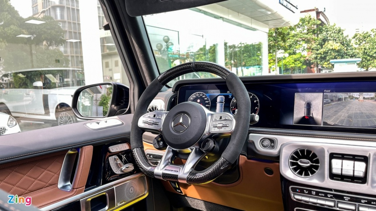 Xe có vô-lăng đáy phẳng bọc sợi carbon, bảng đồng hồ và màn hình trung tâm dạng kỹ thuật số.