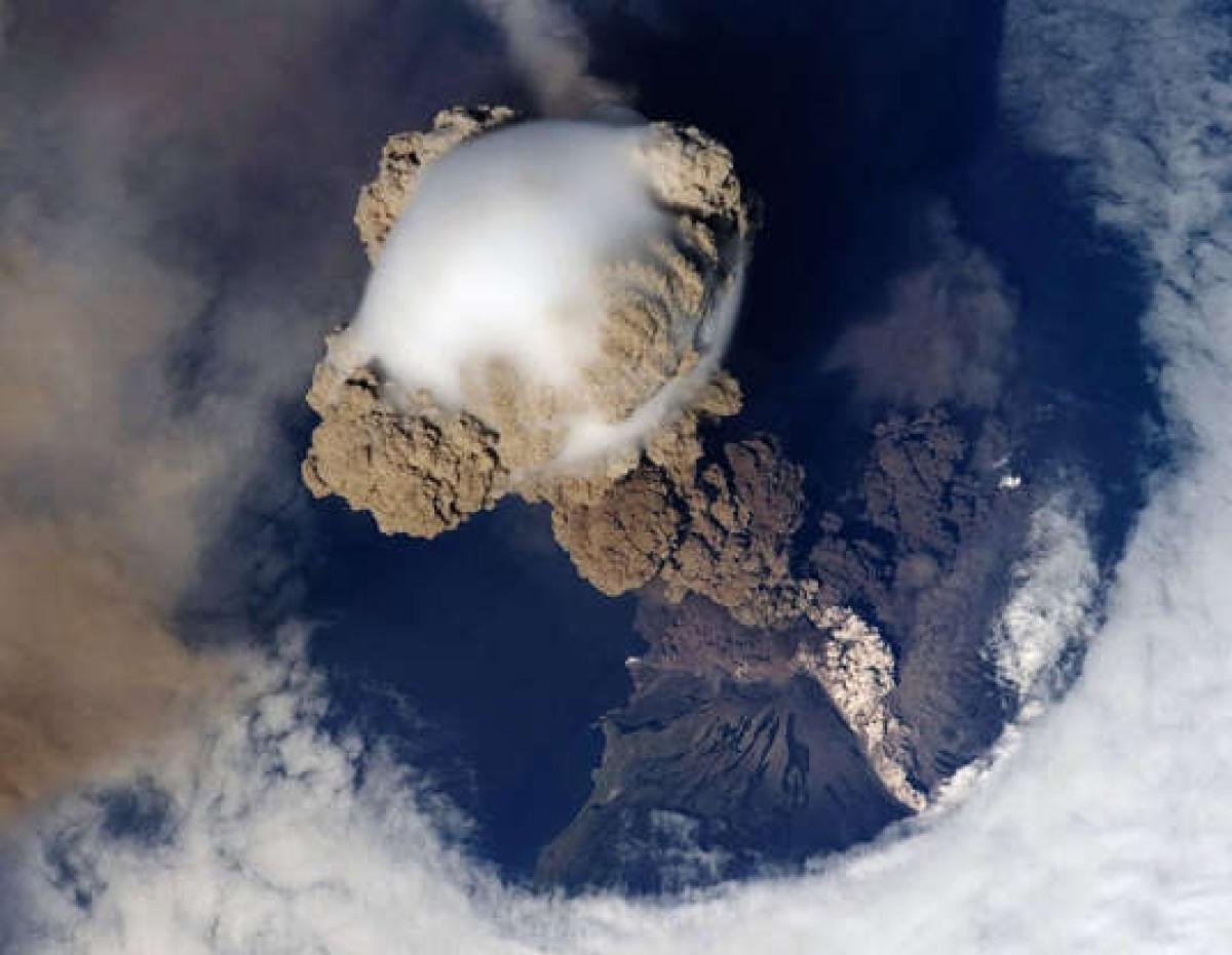 Núi lửa phun trào trên Trái Đất nhìn từ không gian.