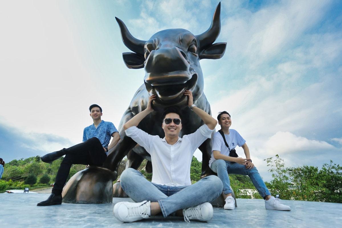 """Với chiều cao hơn 3m, chiều dài khoảng 6-7m, nặng 12 tấn, có thể dự đoán đây là tác phẩm điêu khắc về bò tót lớn nhất tại Việt Nam hiện nay. Mang nét cười đáng mến với tư thế vững vàng hướng về phía trước, chú bò tót """"Thịnh Vượng Hạ Long"""" gửi gắm thông điệp về sự sự may mắn, thân thiện và niềm vui, như một đại sứ du lịch chào đón du khách đến với Hạ Long."""
