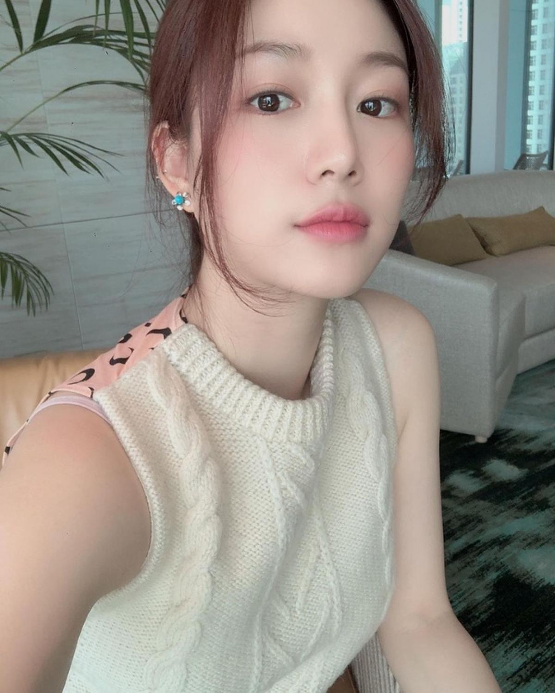 Theo thông tin từ Dispatch, Lee Seung Gi đã dẫn bạn gái về gặp mặt gia đình và cũng công khai mối quan hệ này với bạn bè, đồng nghiệp.