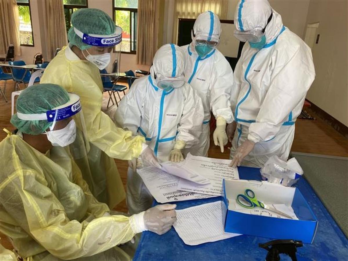 Nhân viên y tế làm nhiệm vụ tại điểm xét nghiệm COVID-19 ở Viêng Chăn, Lào, ngày 7/5/2021. Ảnh: THX/ TTXVN