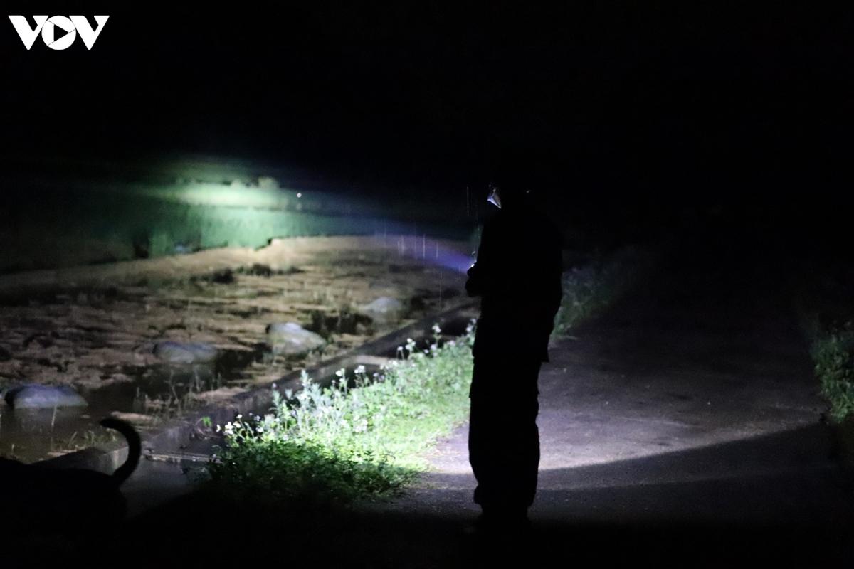 Giữa không gian mịt mù của rừng núi Ngọc Côn, từng vệt đèn soi dấu với quyết tâm không để lọt người xuất, nhập cảnh trái phép vào nội địa