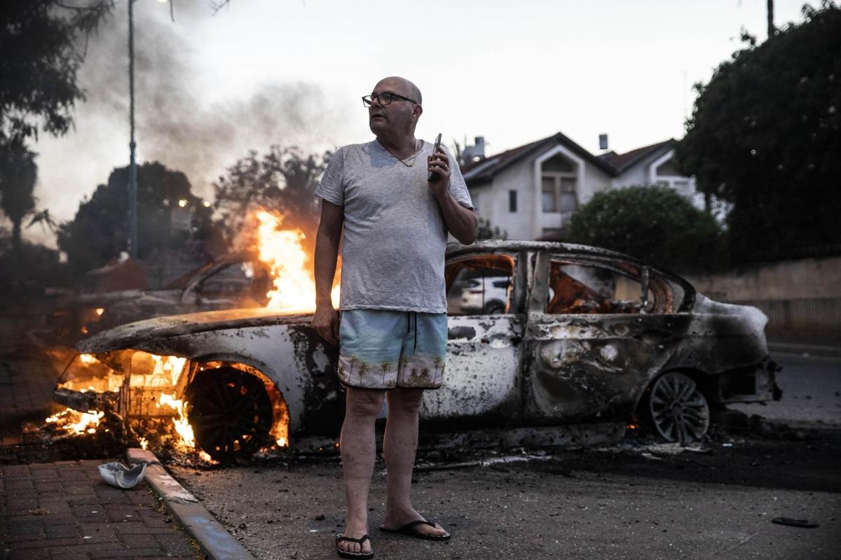 Ngoài rocket Hamas, công dân Israel gốc Do Thái còn đối mặt với sự phá hoại của một bộ phận công dân Israel gốc Arab đang sinh sống trên lãnh thổ Israel. Trong ảnh, chiếc ô tô này bị những phần tử cực đoan gốc Arab ở Israel đốt cháy. Ảnh: AP.