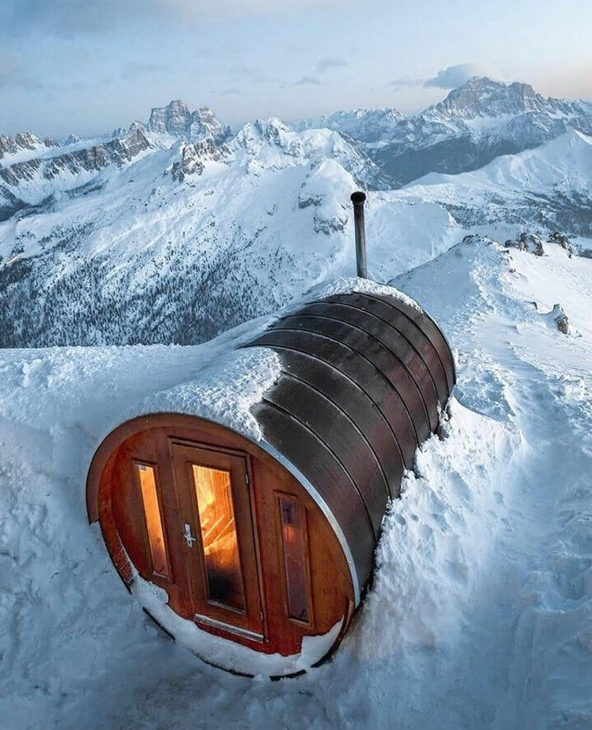 Thuộc lãnh thổ Italy, đây là một phòng xông hơi khô kiểu Phần Lan. Nơi này tọa lạc trên đỉnh Lagazuoi ở độ cao 2.700 m, hướng tầm nhìn ra con đèo Falzarego và khung cảnh núi cao hùng vĩ. Phòng xông hơi nằm trong một quần thể nghỉ dưỡng, với quầy bar, nhà hàng và 74 giường ngủ trong các phòng riêng và phòng tập thể.