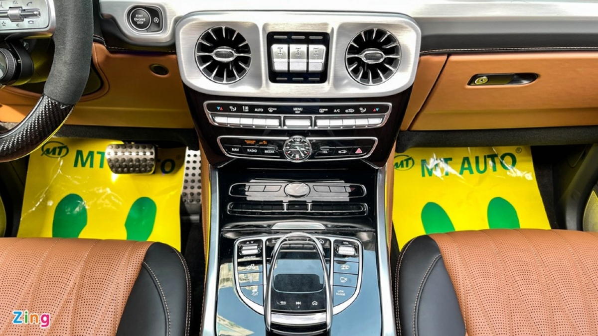 Hệ thống nút bấm, cửa gió điều hòa và khu vực cần số được thiết kế sang trọng không kém các dòng sedan E-Class hay S-Class.