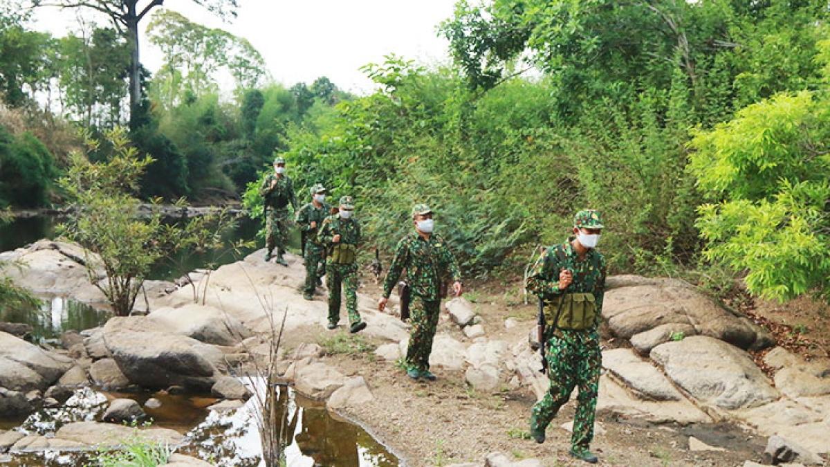Tổ tuần tra cơ động của Đồn Biên phòng Bo Heng, Bộ đội Biên phòng tỉnh Đắk Lắk tuần tra trên tuyến biên giới