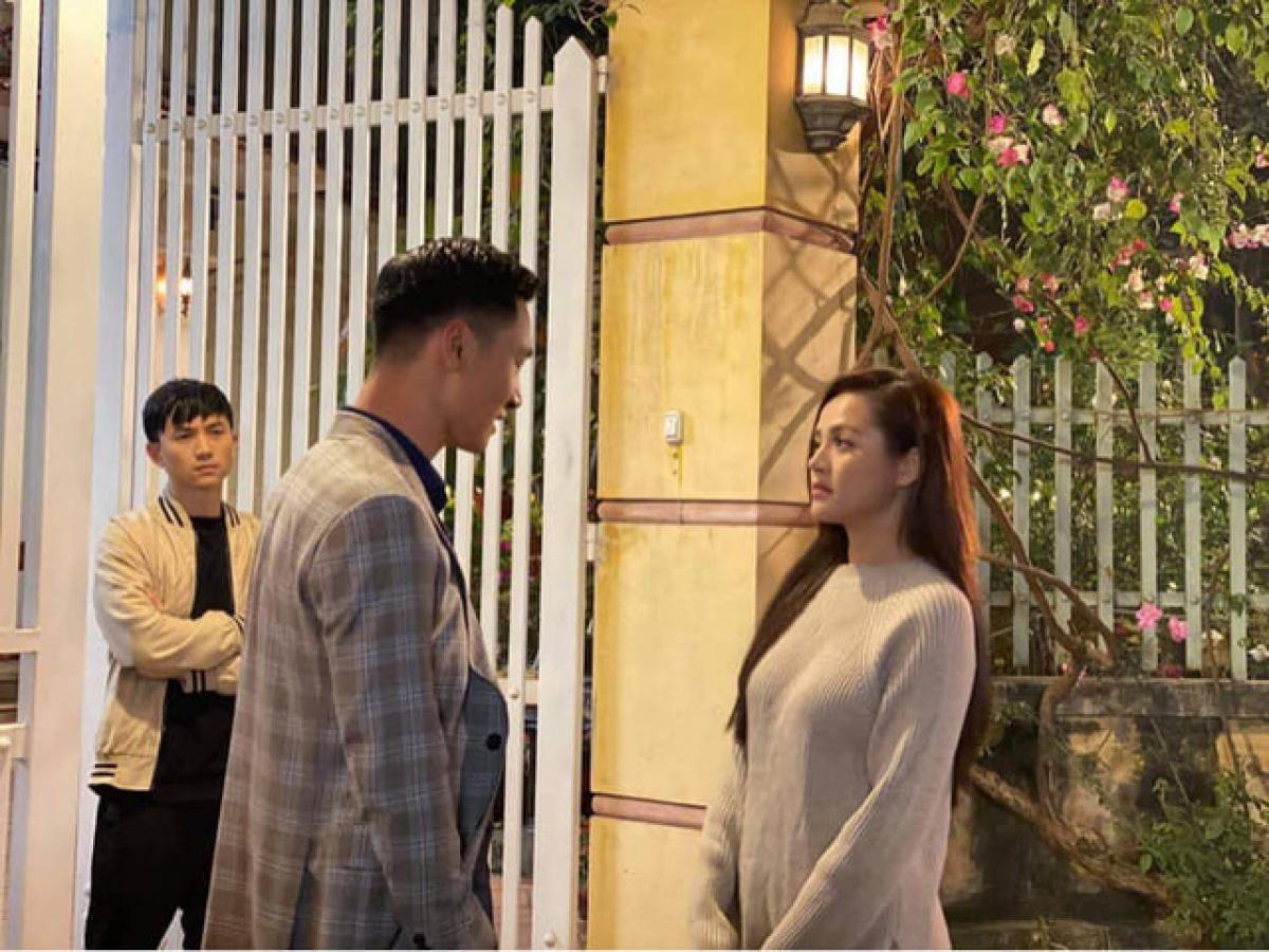 """Thu Quỳnh, Mạnh Trường, Anh Vũ trong một cảnh quay ở """"Hương vị tình thân""""."""