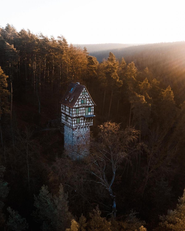Nằm giữa rừng cây rậm rạp, ngôi nhà cheo leo này là điểm check-in nổi tiếng ở khu vực Thuringia (Đức). Đây vốn là điểm dừng chân và giải trí trong các chuyến đi săn, được xây dựng từ đầu thế kỷ 20 bởi một vị công tước. Từ đây, du khách có thể tham quan các đô thị cổ xưa và Lâu đài Wartburg – một Di sản thế giới được UNESCO ghi danh.