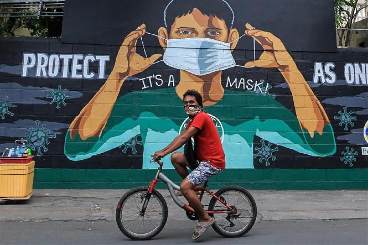 Một tấm biển kêu gọi người dân đeo khẩu trang phòng dịch COVID-19 tại Manila, Philippines, ngày 14/4/2021. Ảnh: THX/ TTXVN