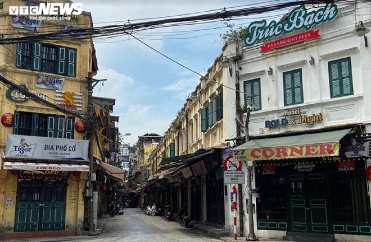 Các quán bia lớn ở phố cổ Hà Nội cửa đóng then cài, tạo cảnh ảm đạm khác thường. (Ảnh: Hà Vy)