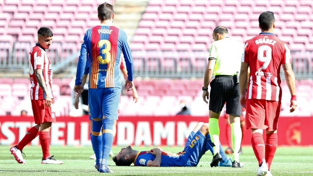 Busquets gặp chấn thương gãy xương hàm trong trận Barca hòa Atletico. (Ảnh: Getty).