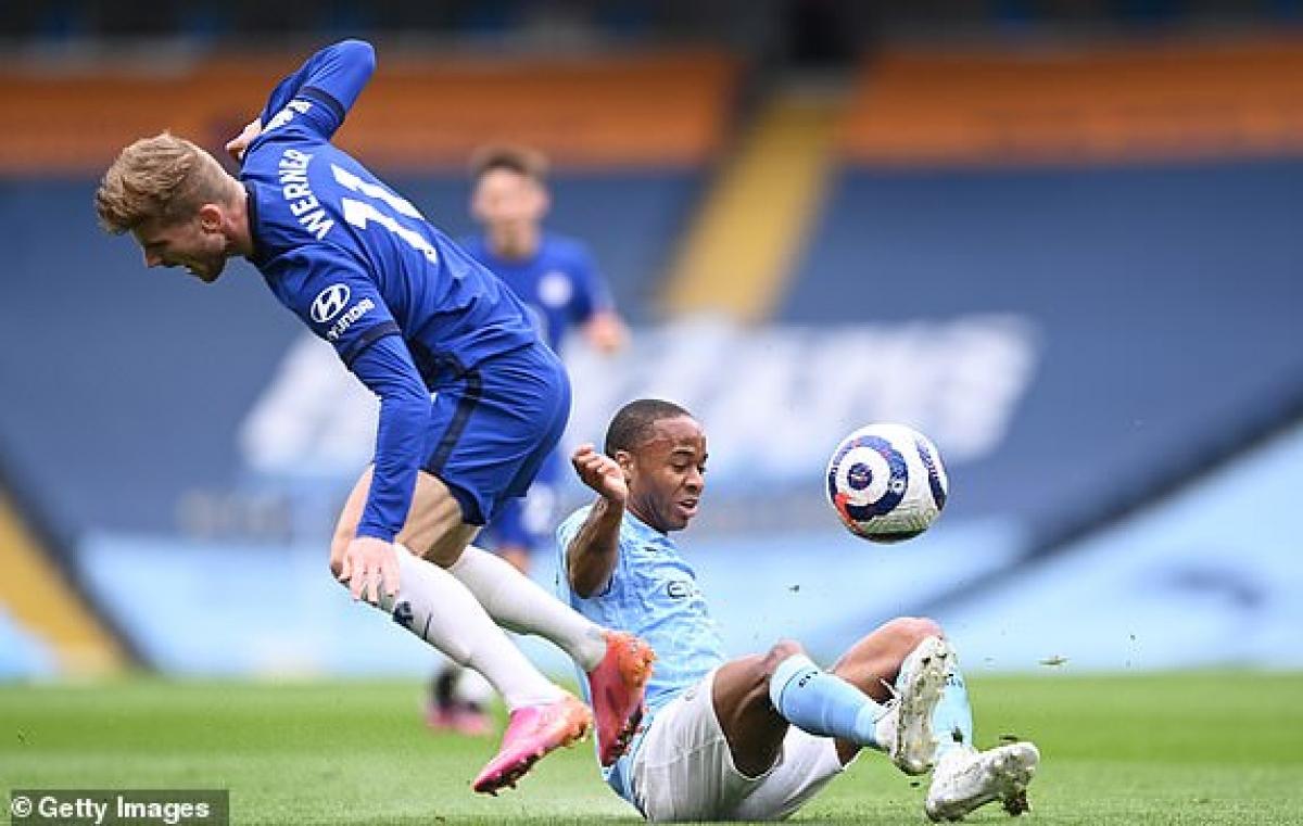 Chelsea đang chơi đôi công sòng phẳng trên sân Man City. (Ảnh: Getty).