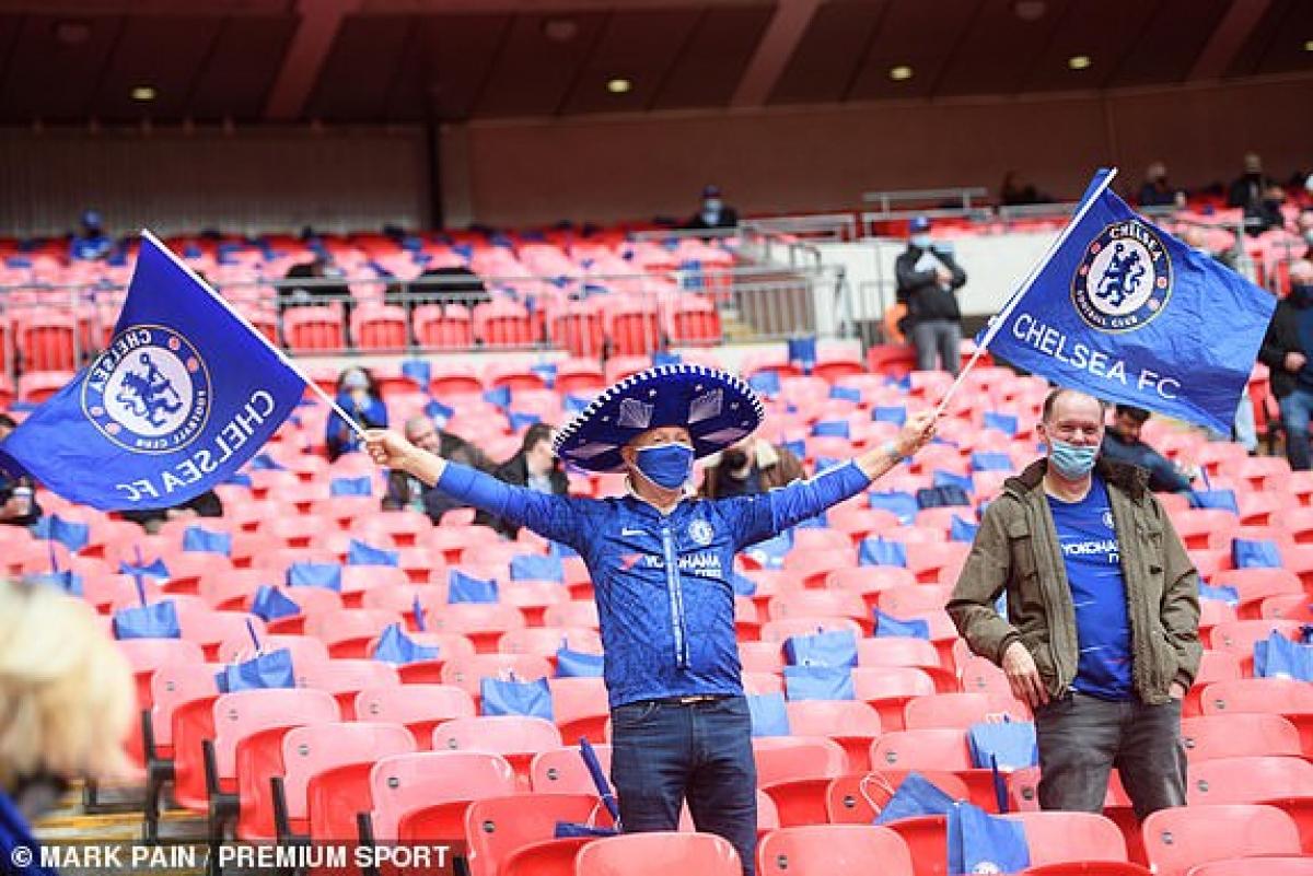 CĐV Chelsea ở Wembley. (Ảnh: Premium Sport).