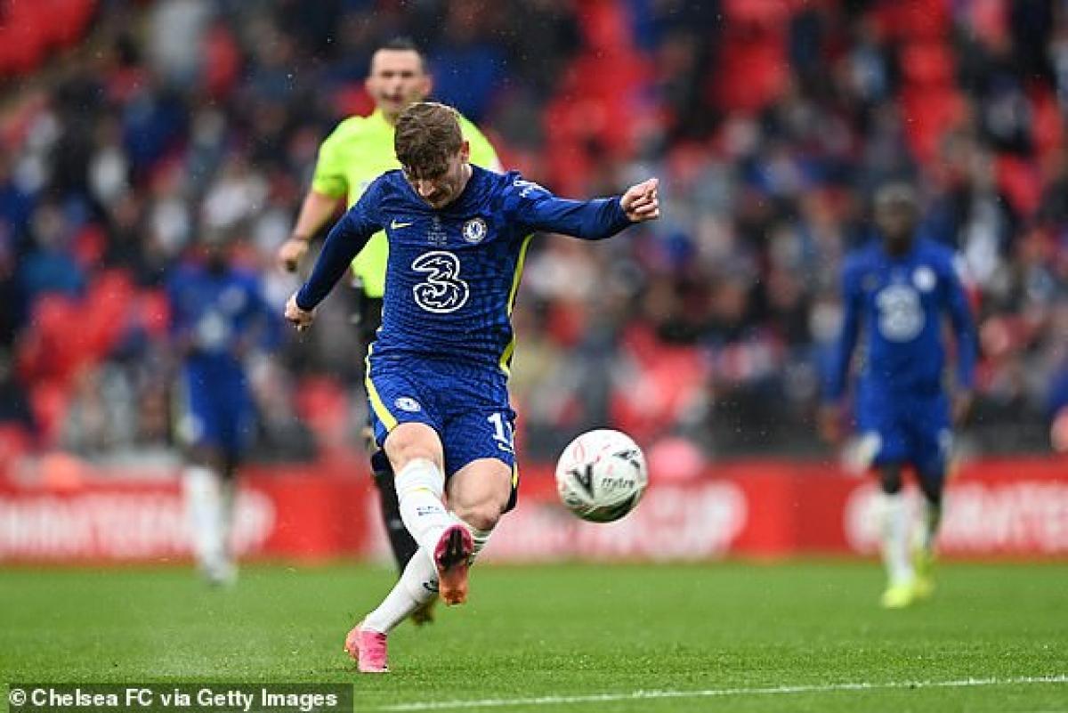 Các cầu thủ Chelsea đang dồn lên tấn công tìm kiếm bàn gỡ. (Ảnh: Getty).