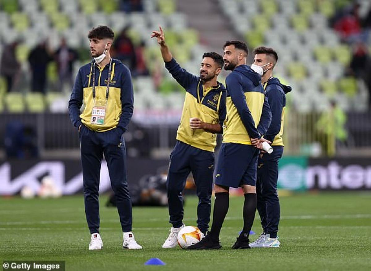 Các cầu thủ Villarreal vẫy chào các CĐV trên sân Gdansk. (Ảnh: Getty).