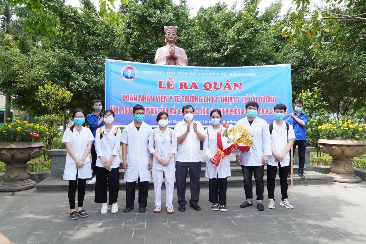 Chiều 16/5, tỉnh Hải Dương tổ chức lễ ra quân, tiễn đoàn nhân viên y tế lên đường hỗ trợ Bắc Giang, Bắc Ninh phòng, chống dịch bệnh COVID-19.
