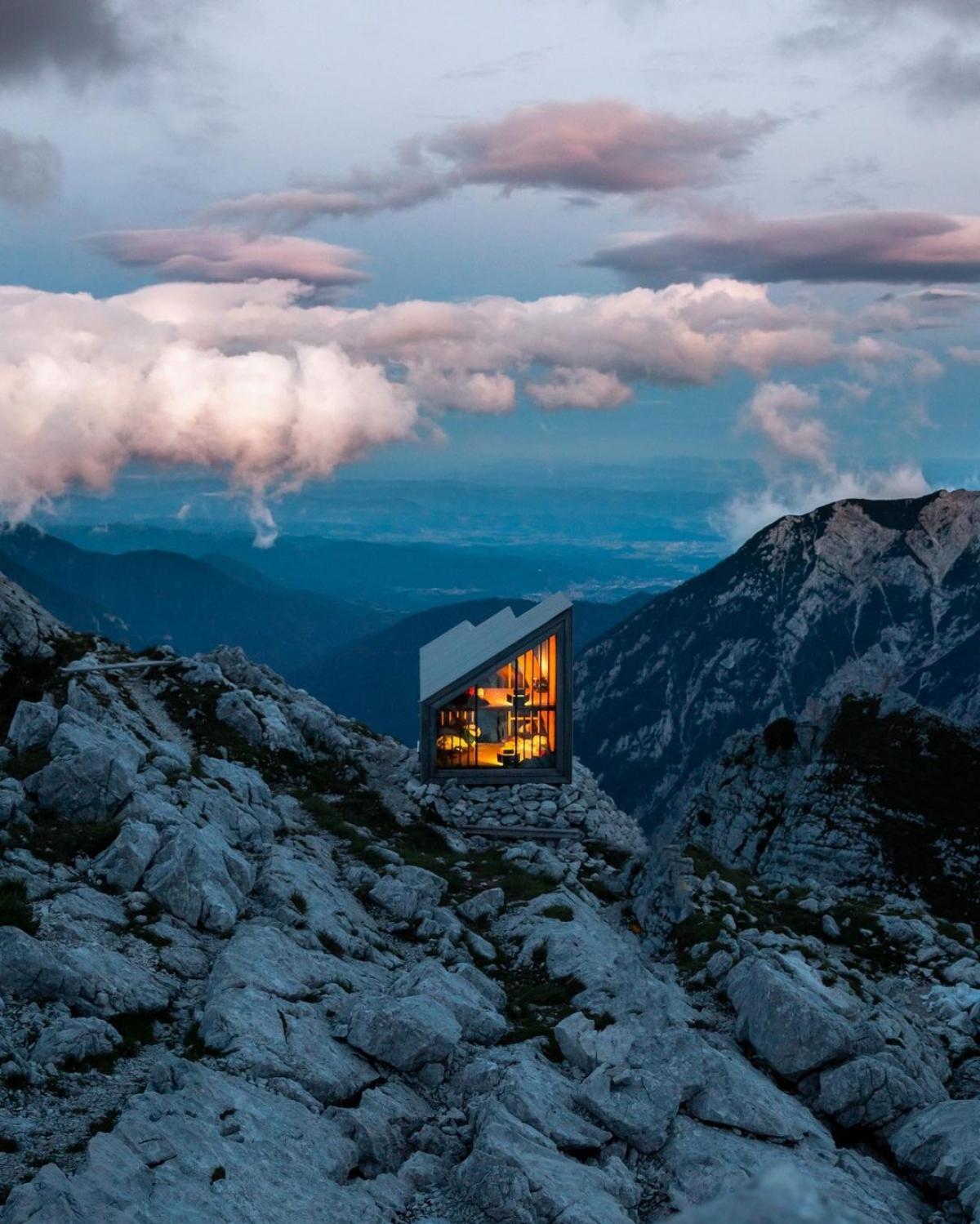 Công trình này nằm trên núi Skuta, nơi cao nhất trong dãy Kamnik Alps. Được thiết kế để chống chịu với sự khắc nghiệt trên núi cao, đây là địa điểm vô cùng hấp dẫn tại Slovenia. Nhiều du khách ưa thử thách coi đây là đích đến của chuyến bộ hành, với phần thưởng là khung cảnh tuyệt đẹp và ngủ đêm dưới những ánh sao./.
