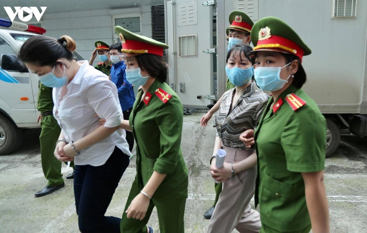 """Trong số các bị cáo nữ, bị cáo Nguyễn Bảo Ngọc (trái, Giám đốc Tài chính của Nhật Cường) bị truy tố về 2 tội""""Buôn lậu"""" và """"Vi phạm quy định về kế toán gây hậu quả nghiêm trọng""""."""
