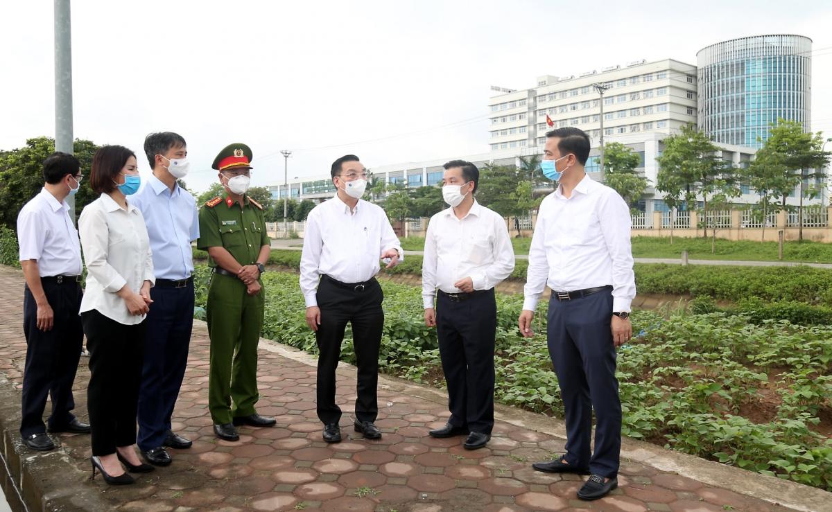 Chủ tịch UBND TP Hà Nội Chu Ngọc Anh thị sát tình hình cách ly y tế tại Bệnh viện Bệnh Nhiệt đới Trung ương cơ sở Đông Anh chiều 5/5.