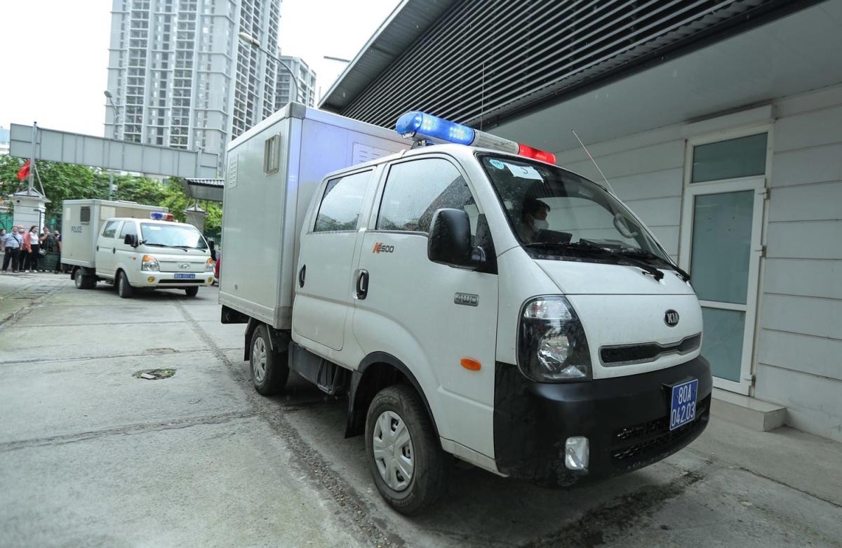 Khoảng hơn 7h sáng, xe dẫn giải bị cáo đã có mặt tại TAND TP Hà Nội. Trong vụ án này, các bị cáo được xác định đã buôn lậu gần 400.000 điện thoại, thiết bị điện tử, thu lời bất chính hàng trăm tỷ đồng.