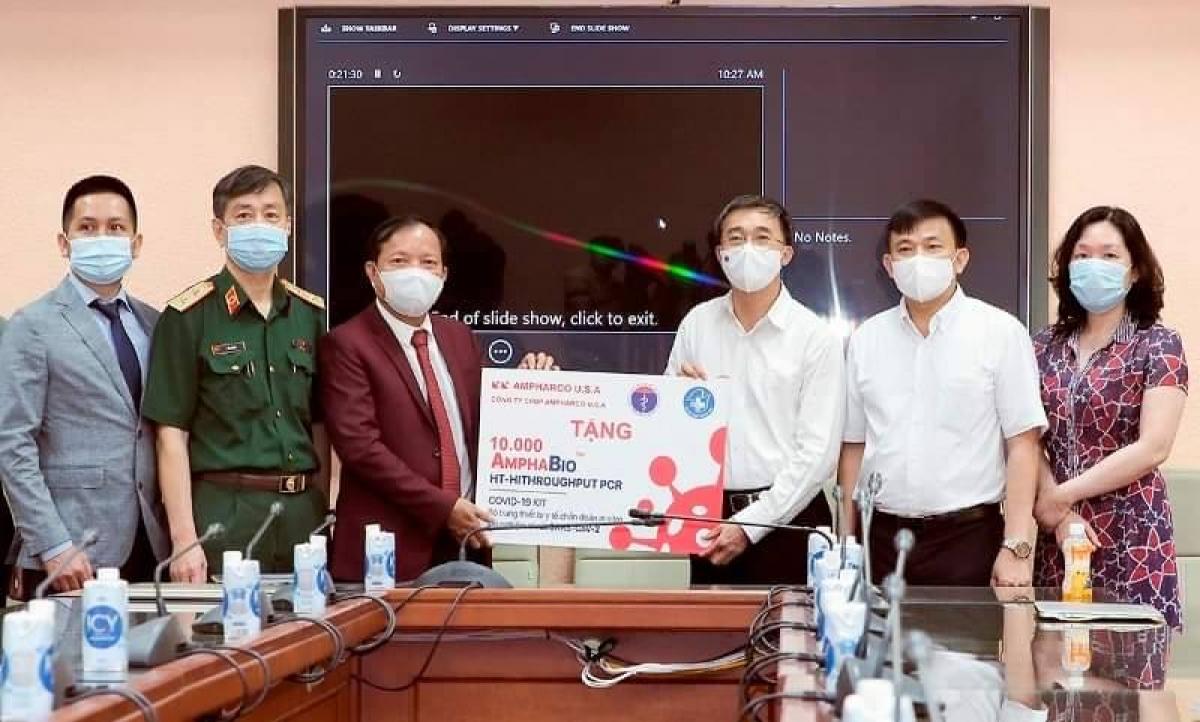 "Lễ trao tặng 10.000 kit test COVID-19 ""made in Vietnam""."