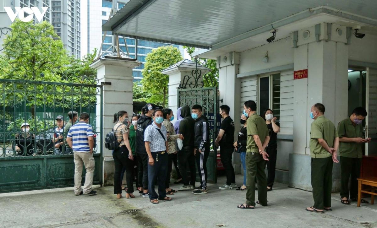 Người thân của các bị cáo có mặt trước cổng TAND TP Hà Nội.