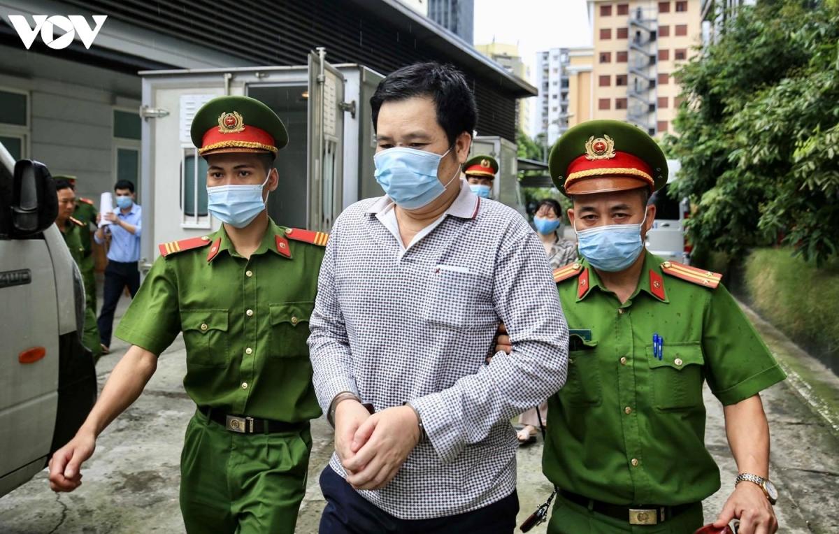 Dẫn giải bị cáo Phạm Văn Hiệp vào phiên tòa. Bị cáo Hiệp sinh năm 1970, trú tại phường Lạc Viên, quận Ngô Quyền, Hải Phòng, bị truy tố về tội Buôn lậu.