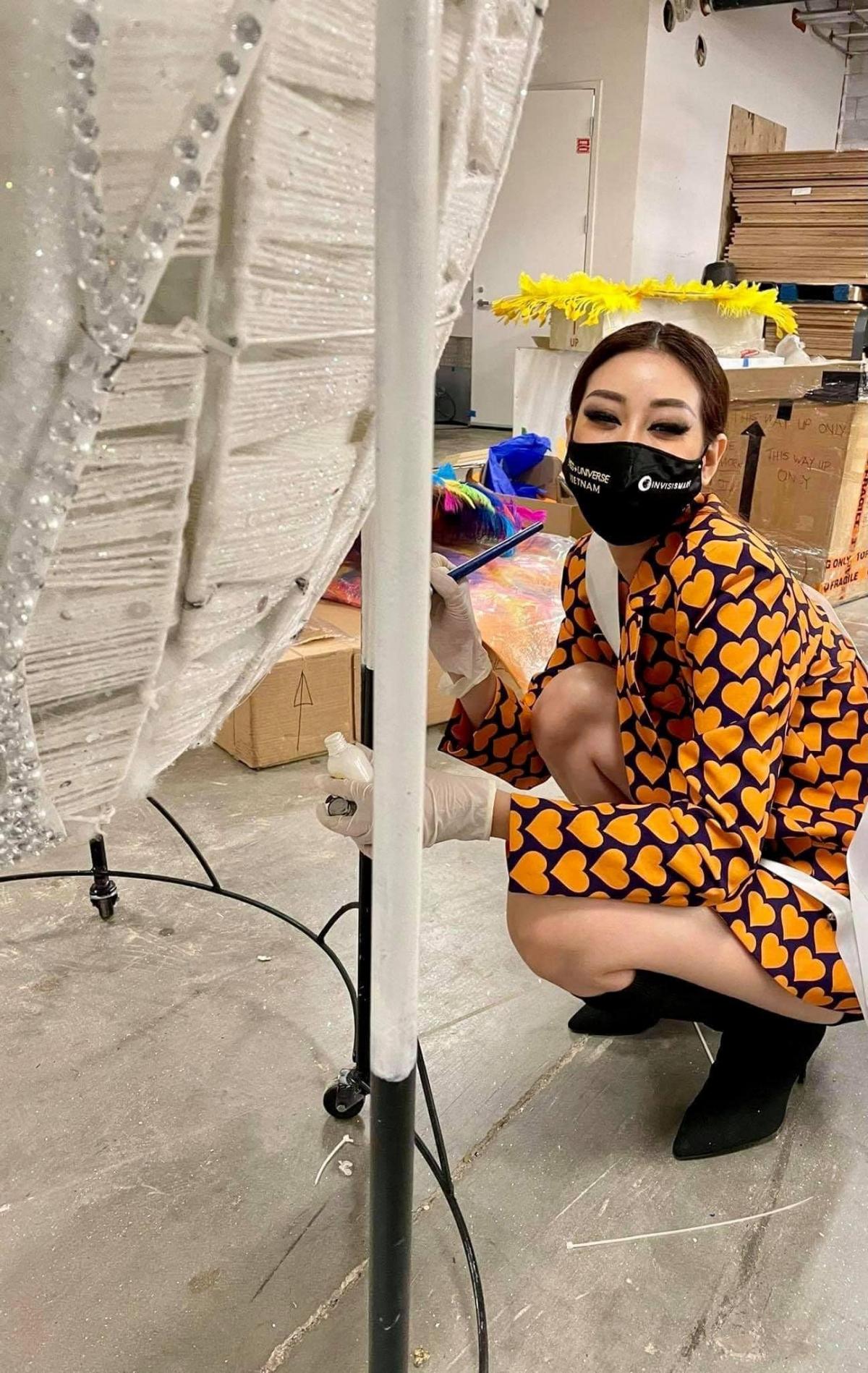 Khánh Vân trong hậu trường chuẩn bị cho phần thi trang phục dân tộc.