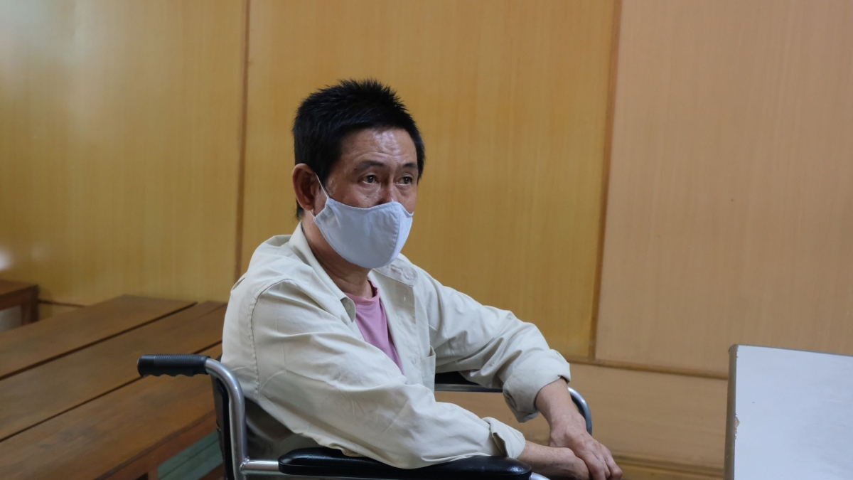Bị cáo Phan Văn Quang ngồi xe lăn hầu tòa do một chân bị hoại tử phải cưa bỏ trước đó.