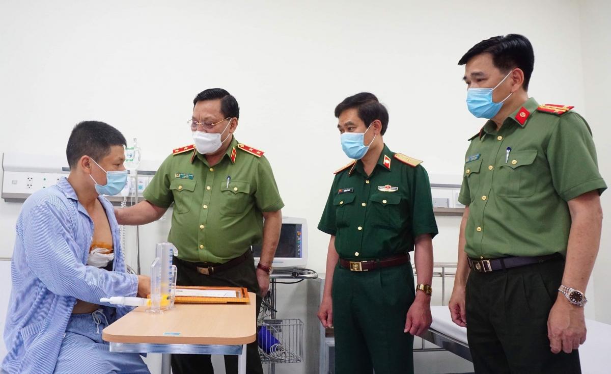 Giám đốc Công an TP Hà Nội - Trung tướng Nguyễn Hải Trung động viên tài xế Minh. (Ảnh: Anh Hiệp)