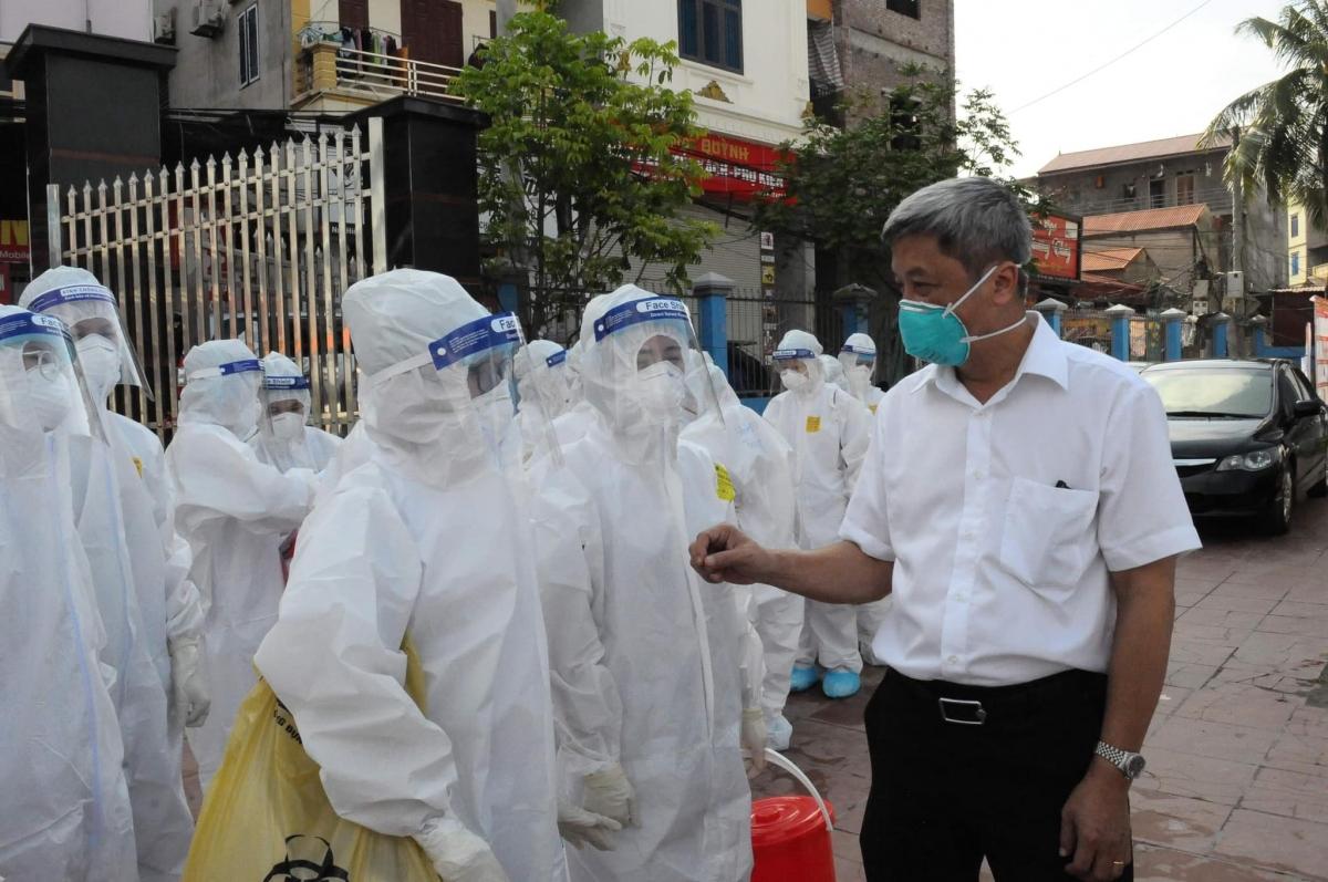 Thứ trưởng Bộ Y tế Nguyễn Trường Sơn động viên các lực lượng y tế đang làm nhiệm vụ tại Bắc Giang.