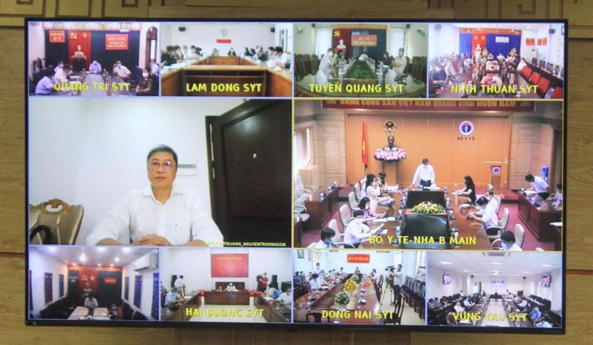 Thứ trưởng Bộ Y tế Nguyễn Trường Sơn tham gia họp trực tuyến từ điểm cách ly.