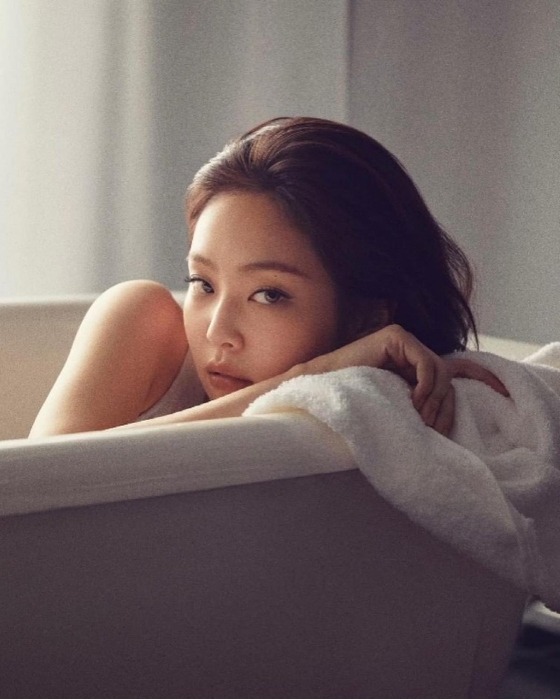 Thần thái lạnh lùng, thu hút của Jennie trong loạt ảnh mới khiến người xem không thể rời mắt.