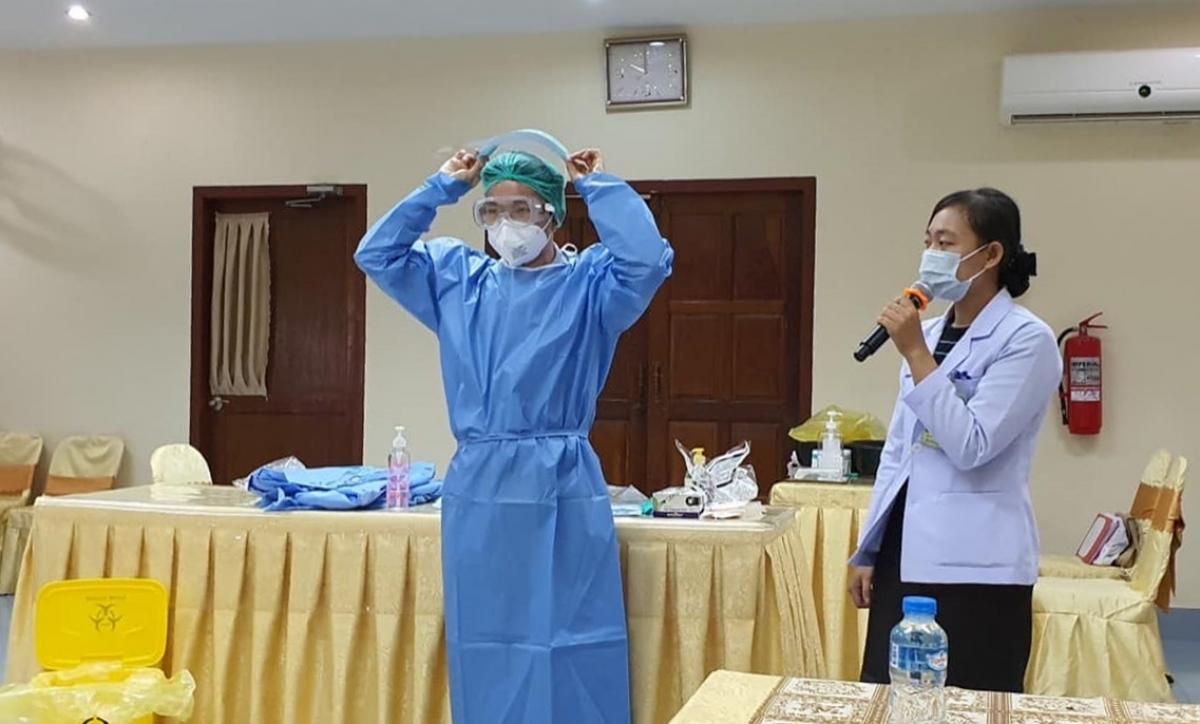 Nhóm chuyên gia Việt Nam tổ chức tập huấn công tác chuyên môn và kiểm soát nhiễm khuẩn cho nhân viên y tế thuộc các BV của tỉnh Champasak. (Ảnh: Bộ Y tế)