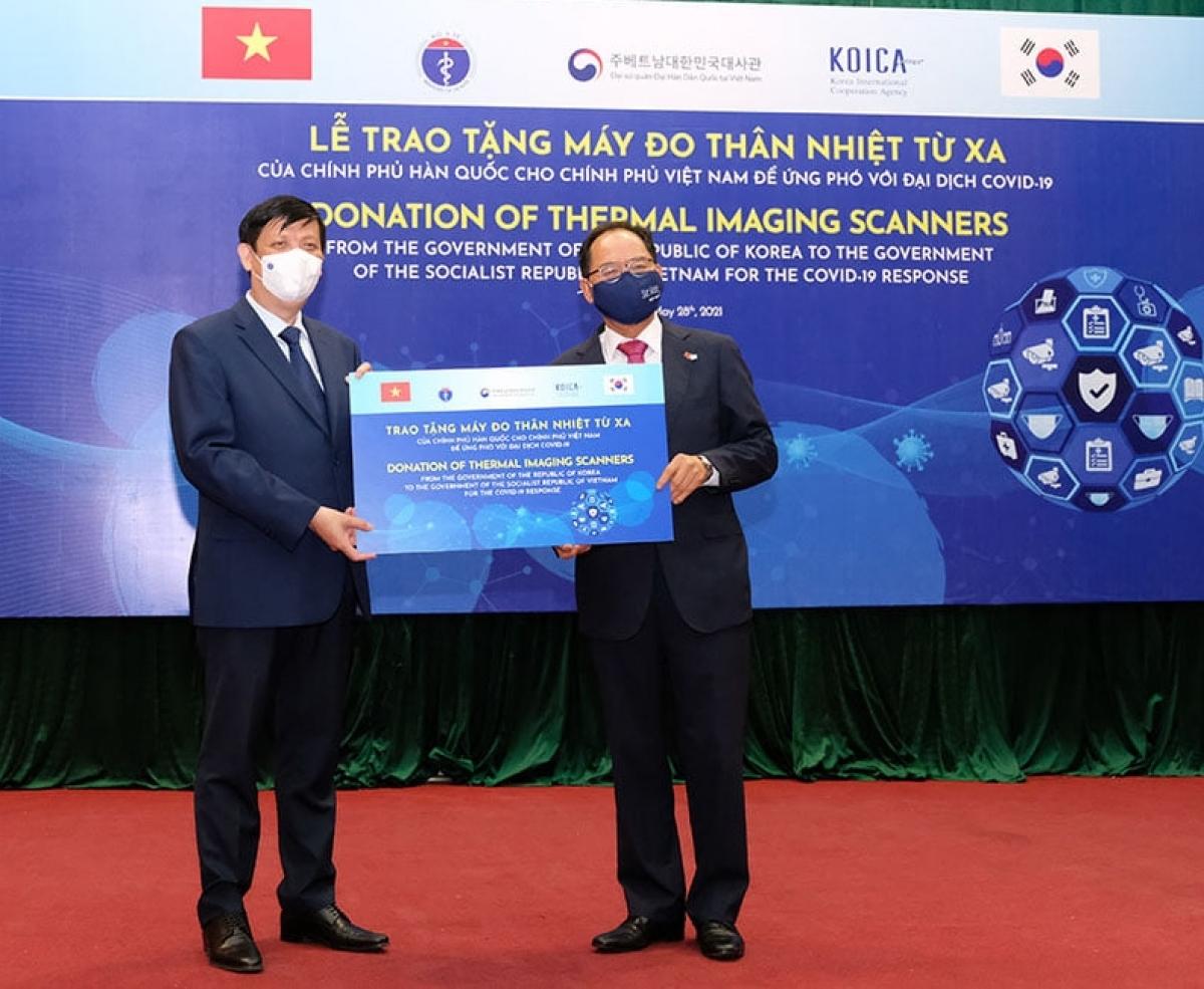 Bộ trưởng Bộ Y tế Nguyễn Thanh Long thay mặt Bộ Y tế tiếp nhận hỗ trợ. Đại sứ Hàn Quốc tại Việt NamPark Noh-wan đại diện trao tặng.