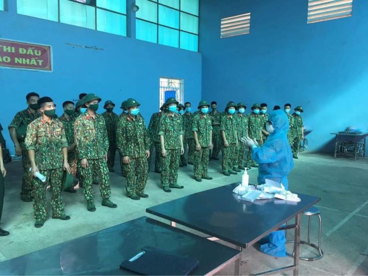 Cán bộ y tế đang hướng dẫn sử dụng trang phục bảo hộ cho các chiến sĩ tại các KCL tập trung huyện Lạng Giang.